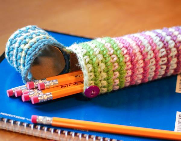 kreatív gyerek ötletek - tolltartó horgolt figurákkal
