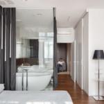 lakás emeletes ház tetején - hálószoba üveg fürdő