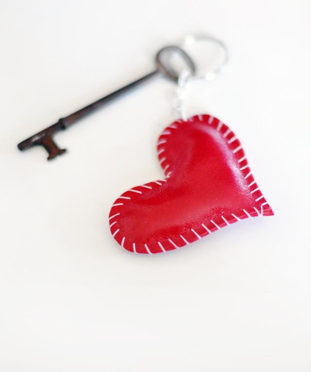 Valentin napi ötlet - szív bőr kulcstartó