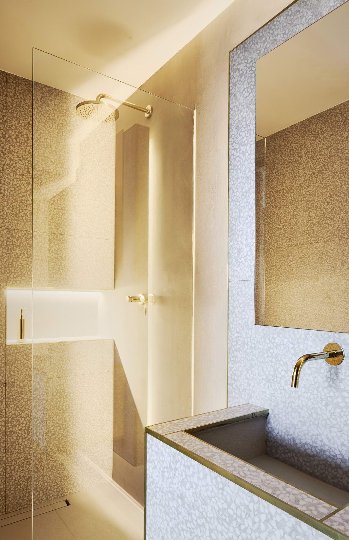 színes luxus lakás arany zuhanyzó fürdő