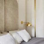 színes luxus lakás hálószoba arany lámpa dekoráció