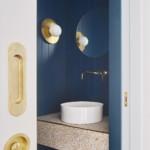 színes luxus lakás kék mosdó wc arany díszítés