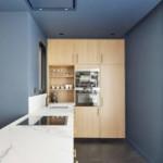 színes luxus lakás kék konyha étkező arany díszítéssel