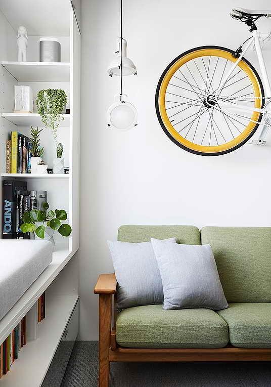 Rejtett dizájn trükkök mni lakásban kis lakásban - nappali - ablak szekrény - bicikli dísz