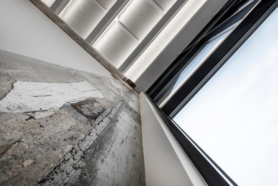 Monokróm Loft lakás fa dekoráció - csupasz beton fém üveg
