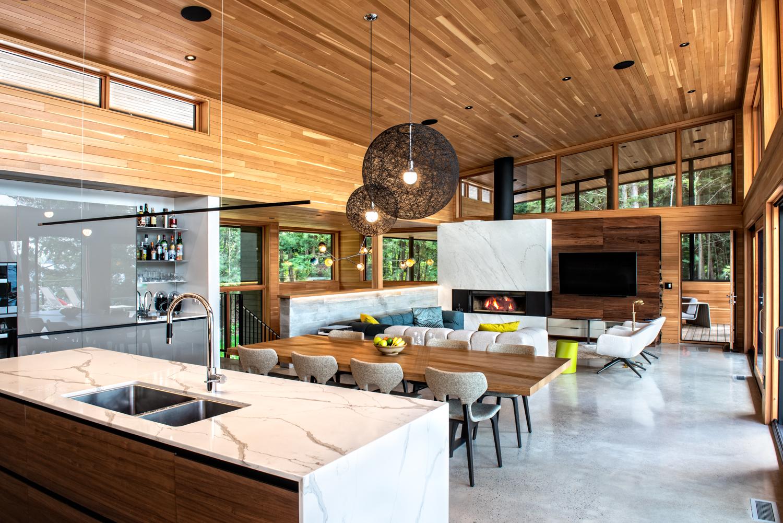 Erdei ház fa, beton és üveg - konyha étkező nappali