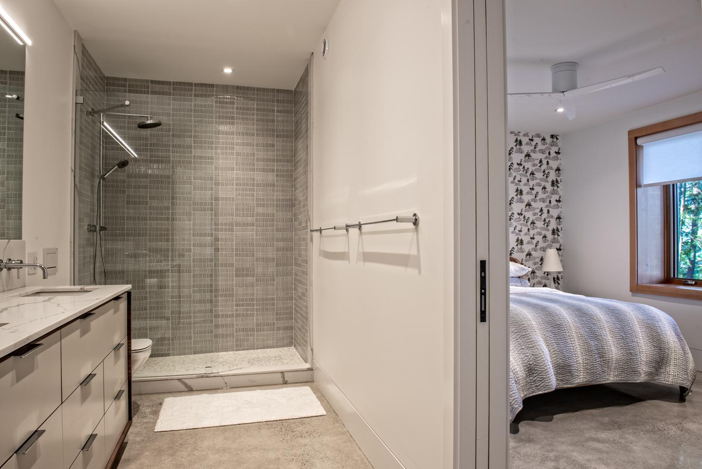 Erdei ház fa, beton és üveg - háló hálószoba, gardrób fürdő főrdőszoba fal