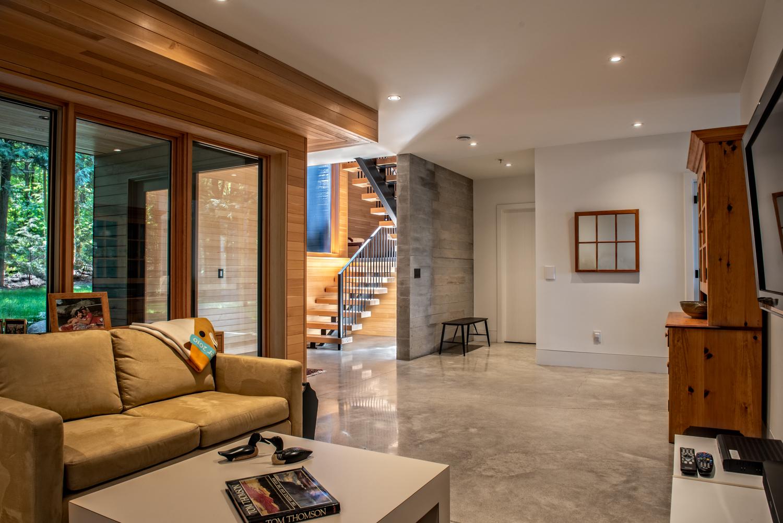 Erdei ház fa, beton és üveg - nappali lakótér