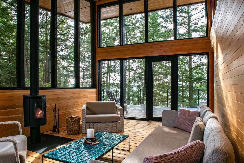 Erdei ház fa, beton és üveg - konyha konyhaszekrény, barbecue grill és pihenő télikert és terasz