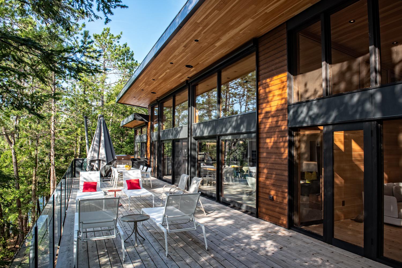 Erdei ház fa, beton és üveg - konyha konyhaszekrény, barbecue grill és pihenő terasz