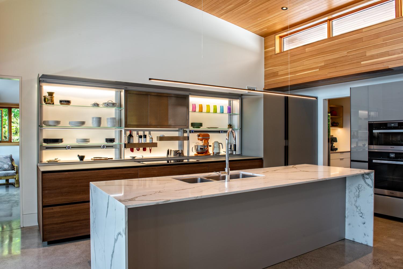 Erdei ház fa, beton és üveg - konyha konyhaszekrény, beépített kamra