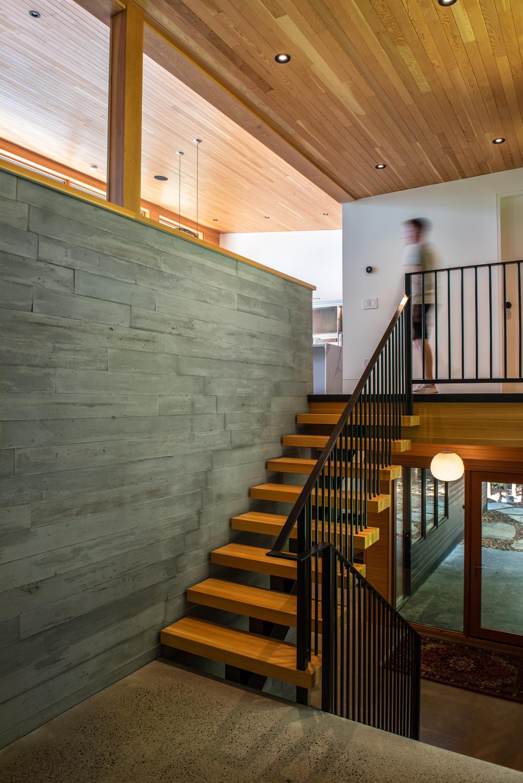Erdei ház fa, beton és üveg - fa beton lépcső lépcsőház