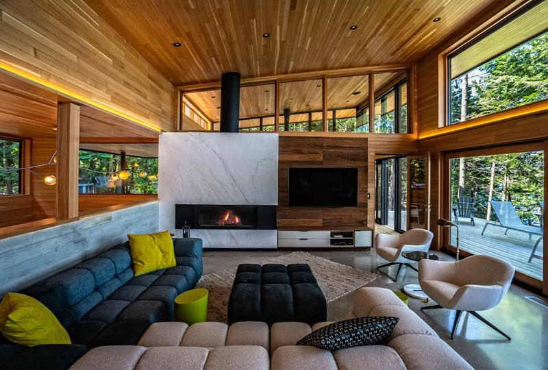 Erdei ház fa, beton és üveg - nappali, kanapé, kandalló, tv.