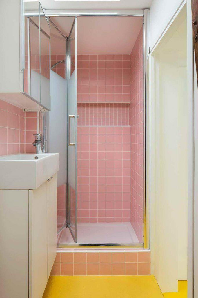 garázsból lakás modern - halvány rózsaszín fürdőszoba