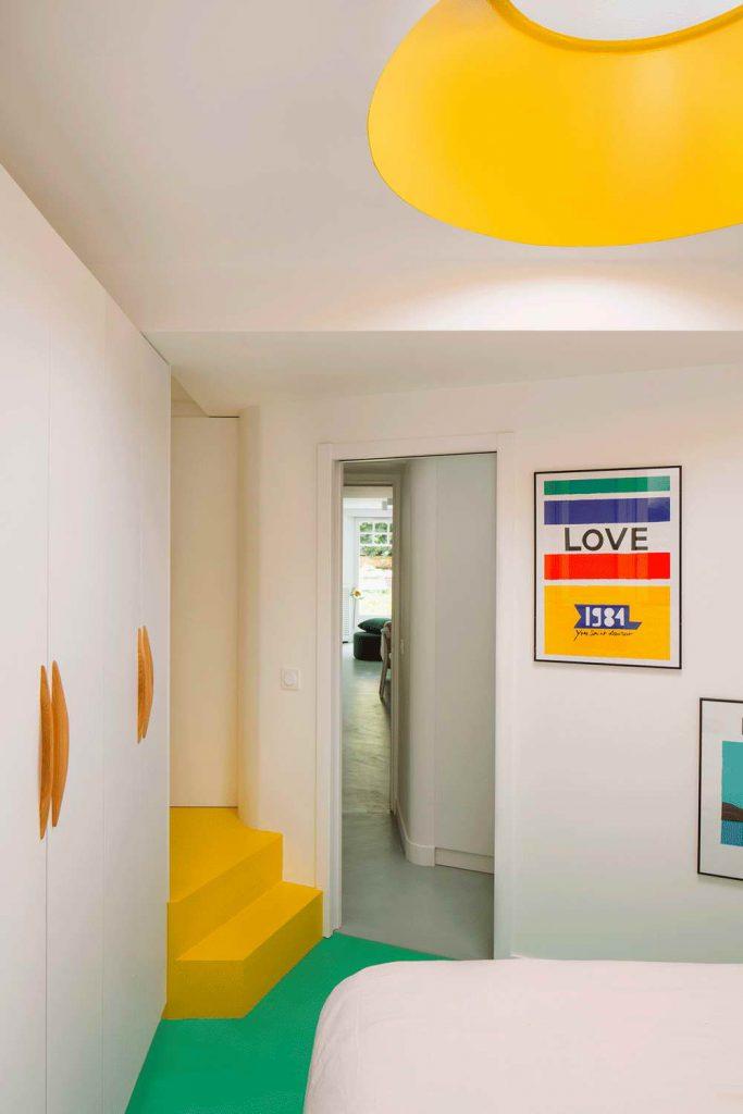 garázsból lakás modern - közlekedő, hálószoba és lépcső
