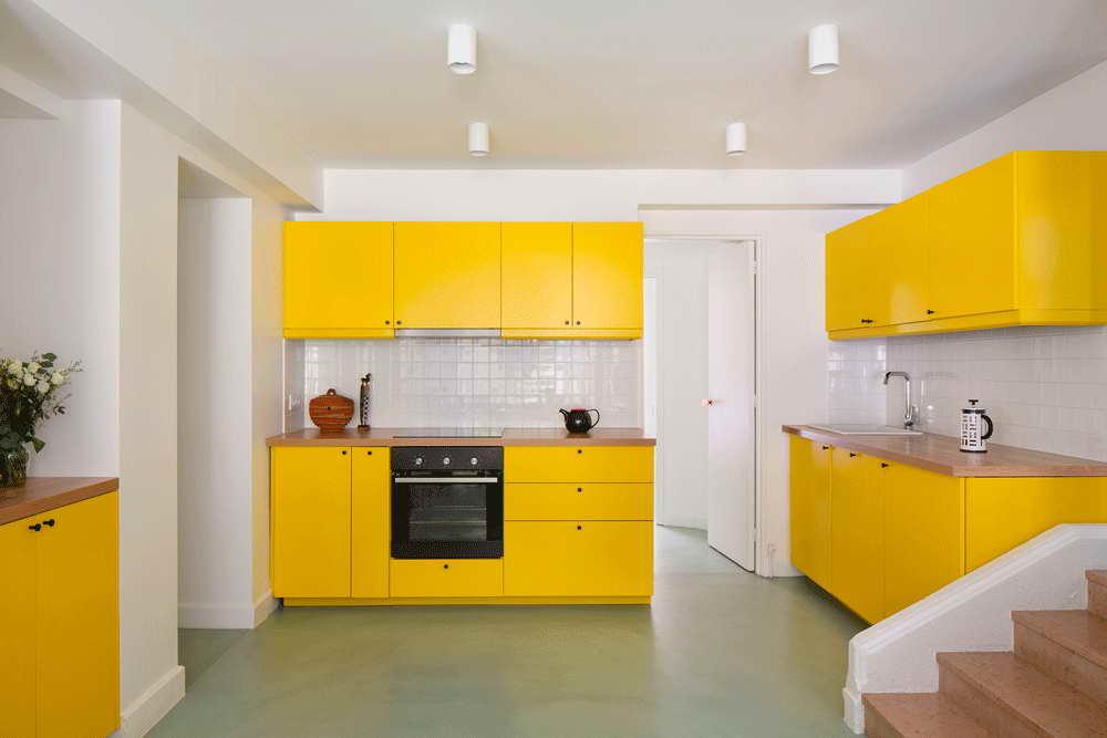 garázsból lakás modern - sárga konyha