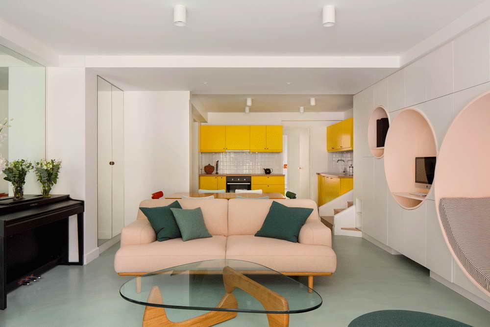 garázsból lakás modern - nappali sárga konyha és kanapé