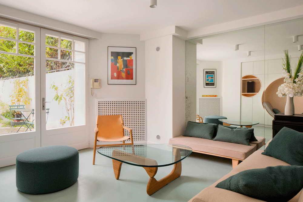 garázsból lakás modern - nappali és nagy tükör