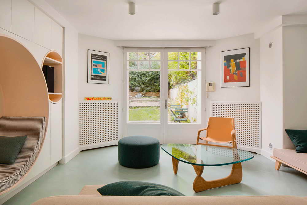 garázsból lakás modern - nappali és üveges terasz, bejárati ajtó