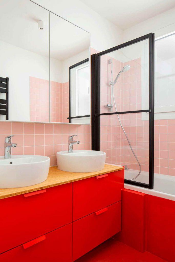 garázsból lakás modern - piros fürdőszoba bútor